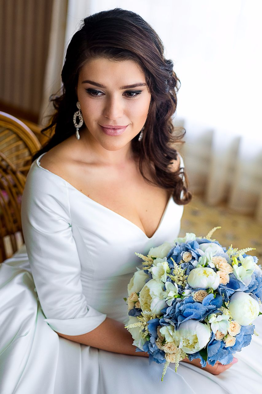 stunning-neckline-wedding-dress