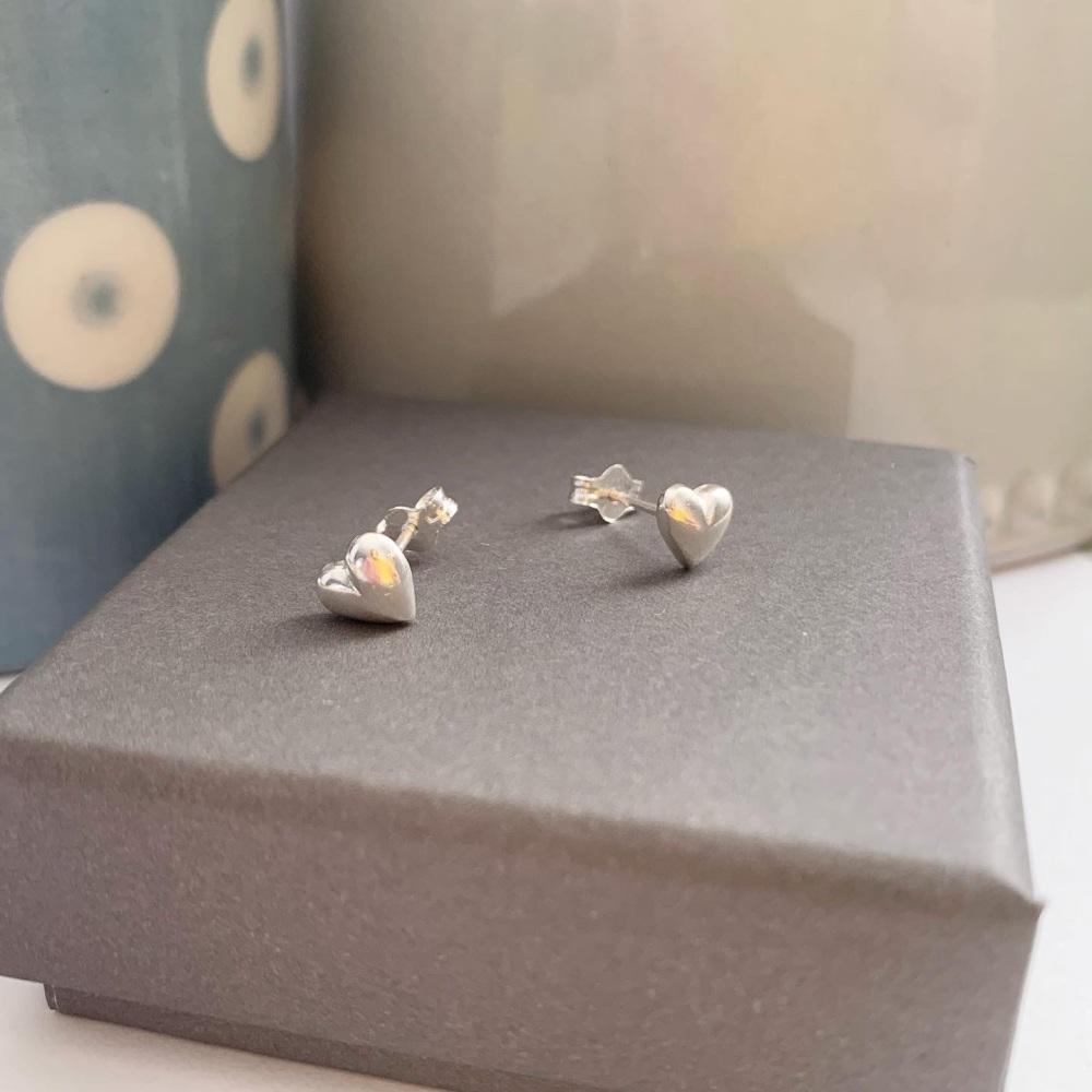 Puffed heart stud earrings