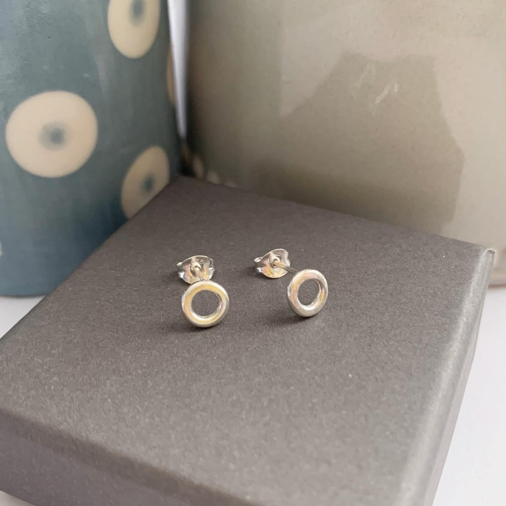 Small circle stud earrings in silver