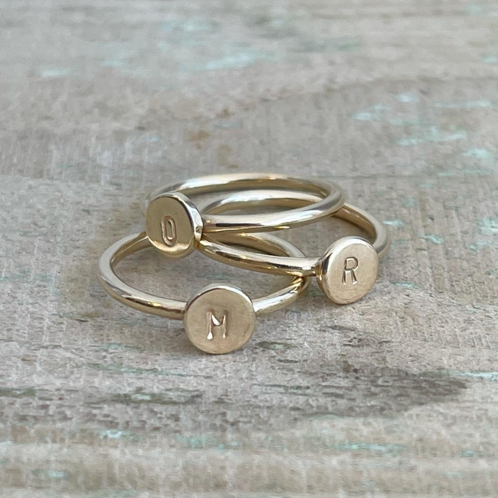 Initial ring in 9ct yellow gold