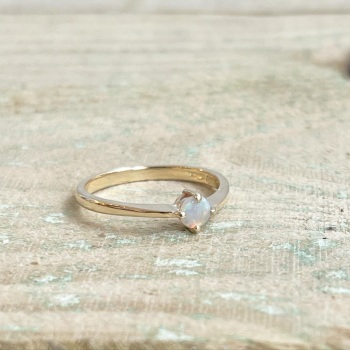 9ct yellow gold and Opal ring
