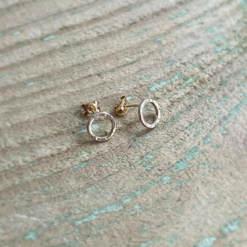 Hammered circle stud earrings in 9ct yellow gold