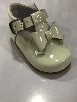 CLEARANCE PRICE NOW ONLY £25 Girls Andanines Cream Patent Shoes