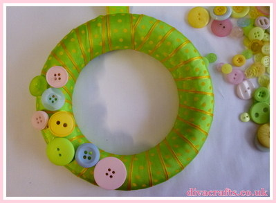 button wreath free tutorial diva crafts (2)
