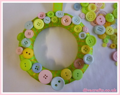 button wreath free tutorial diva crafts (3)