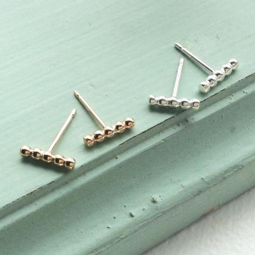 <!-- 006 -->Mini dot bar earrings
