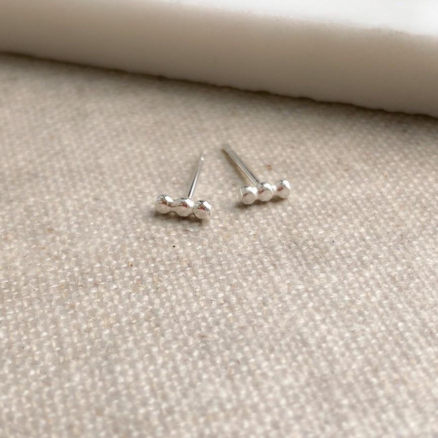 <!-- 006 -->Three Dot Bar Earrings