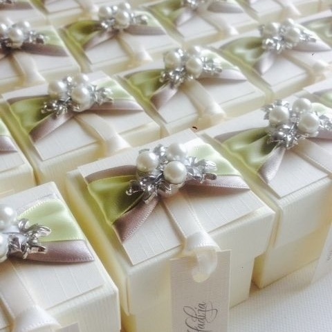 Vintage Wedding Favour Boxes with Pearl Brooch and Ribbon Pack of 10
