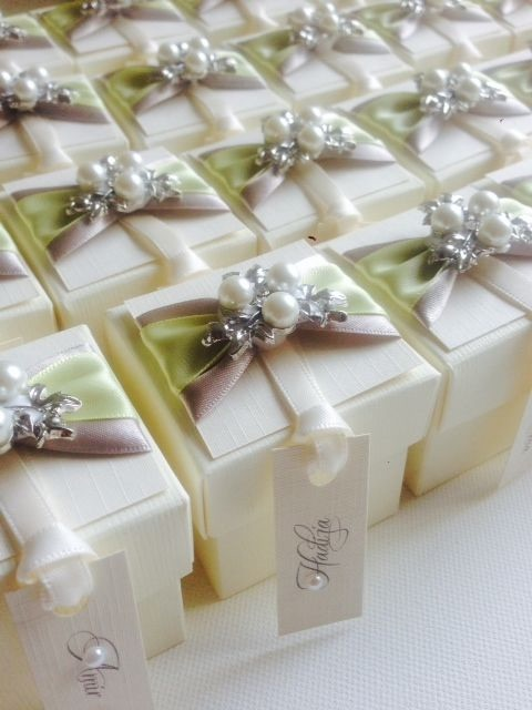 Vintage Favour boxes with Luxury pearl brooch