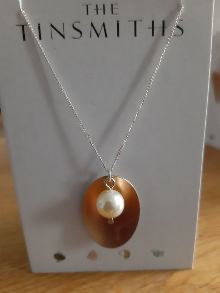 Oval Rose gold coloured aluminium and pearl necklace