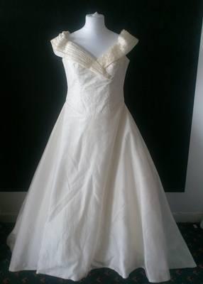 Amanda Wyatt Beautifull Ivory Wedding Gown - Size 20