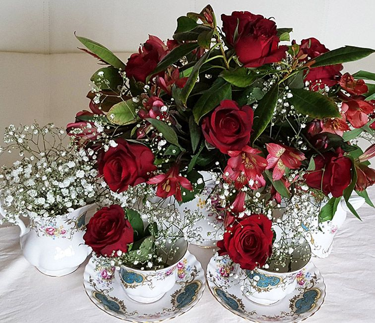 Red roses in a tea cup