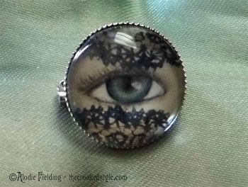LACE VEIL EYE BROOCH