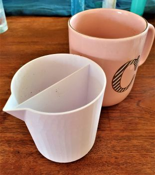 2 compartment pouring cup
