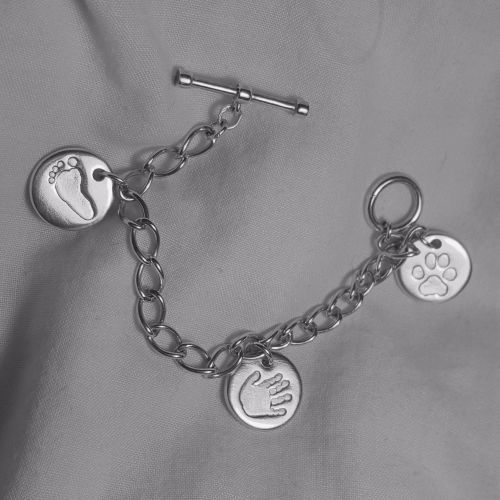 <!-- 002 -->Toggle clasp curb bracelet with miniprint charm