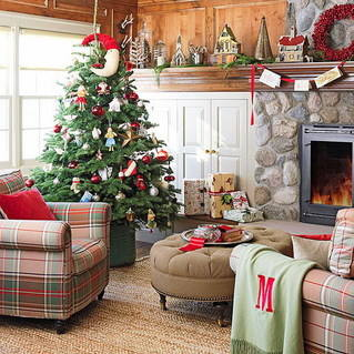 xm- 12 Living-Room-Design-with-Ornamented-Mantel-and-Christmas-Tree