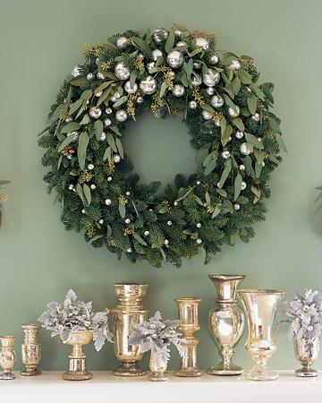 xm- Wreath on green wall mla104045_1208_lhballs1_xl