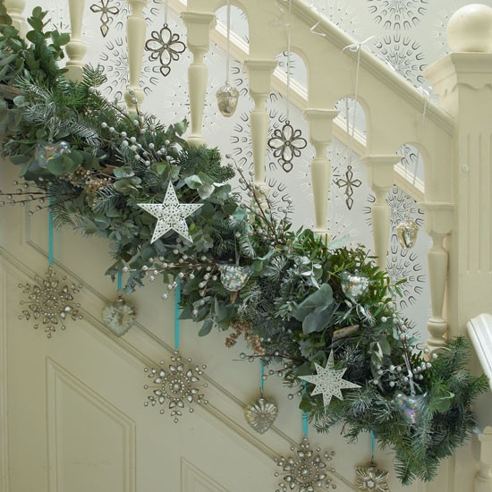 Happy Christmas: 6-Starry-garland-on-stairs-Hall-PHOTO-GALLERY-Country-Home