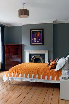 Autum 14 Deco: Grey room with orange bedspread da7efe228c928da6cb471d7e0769