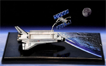 1/400 NASA Space Shuttle Discovery With Hubble Space Telescope In Show Case