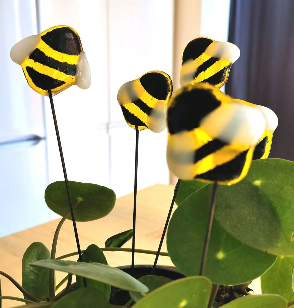 Plant pot bee buddy