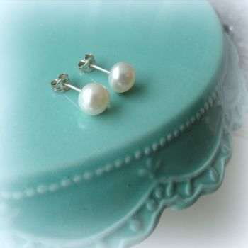 16AW White pearl stud earrings 4_1000px