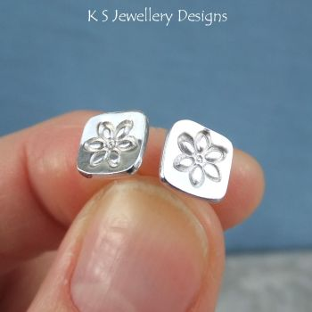 flower square studs 1a