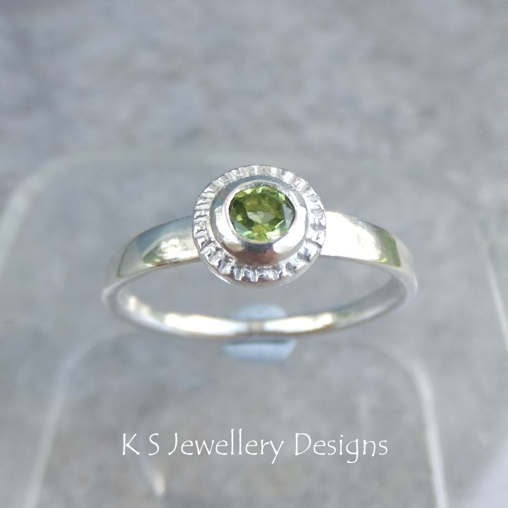 Peridot Textured Pebble Sterling Silver Ring (UK size Q/ US size 8.25)