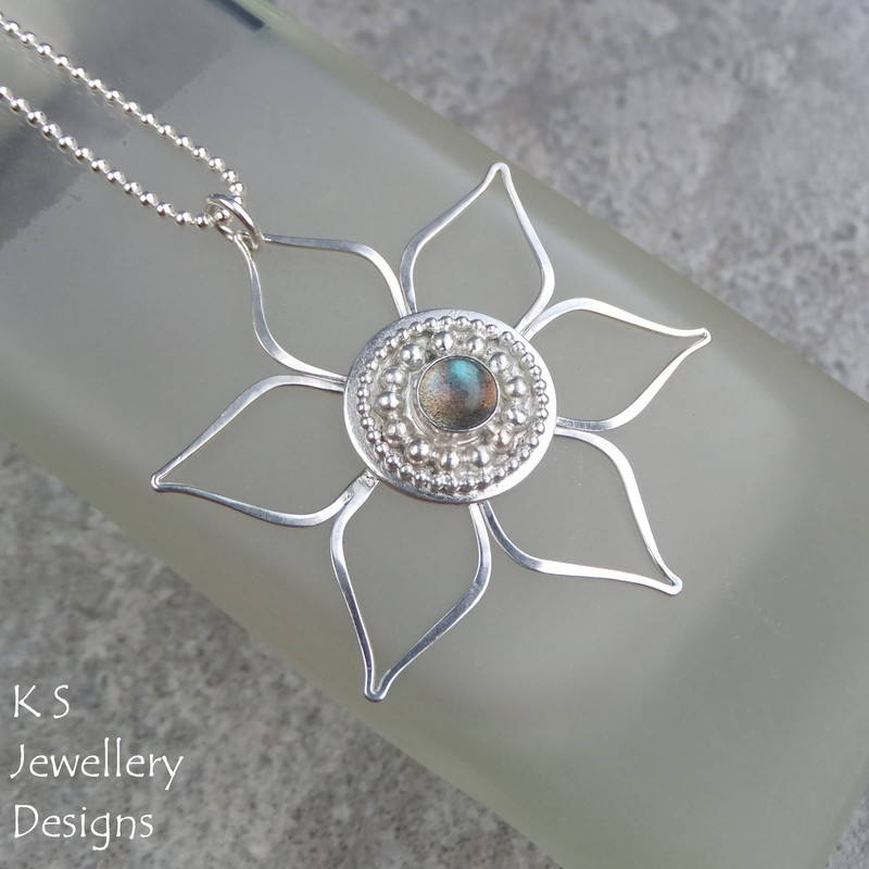 Labradorite Decorative Circle Flower Pendant 4