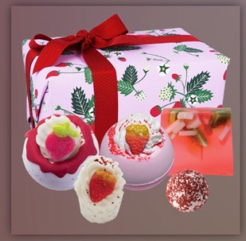 Gift box bath bomb strawberries