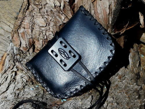 Leather-pioneering pouch in black