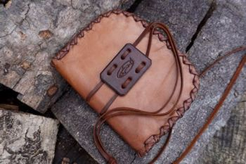 Leather pioneering pouch in calf rustic patina for beaver bushcraft