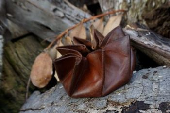leather ebineezer coin pouch hand dyed for beaver bushcraft.closed