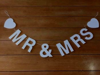 White Wooden Garland MR & MRS  100 x 8 cm