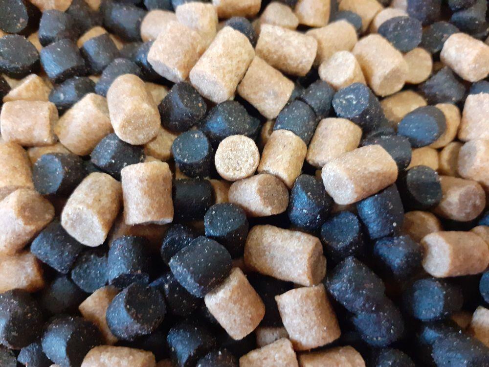 900 gram 50/50 mix 4mm Dark Trout & Coarse Feeder Pellets.
