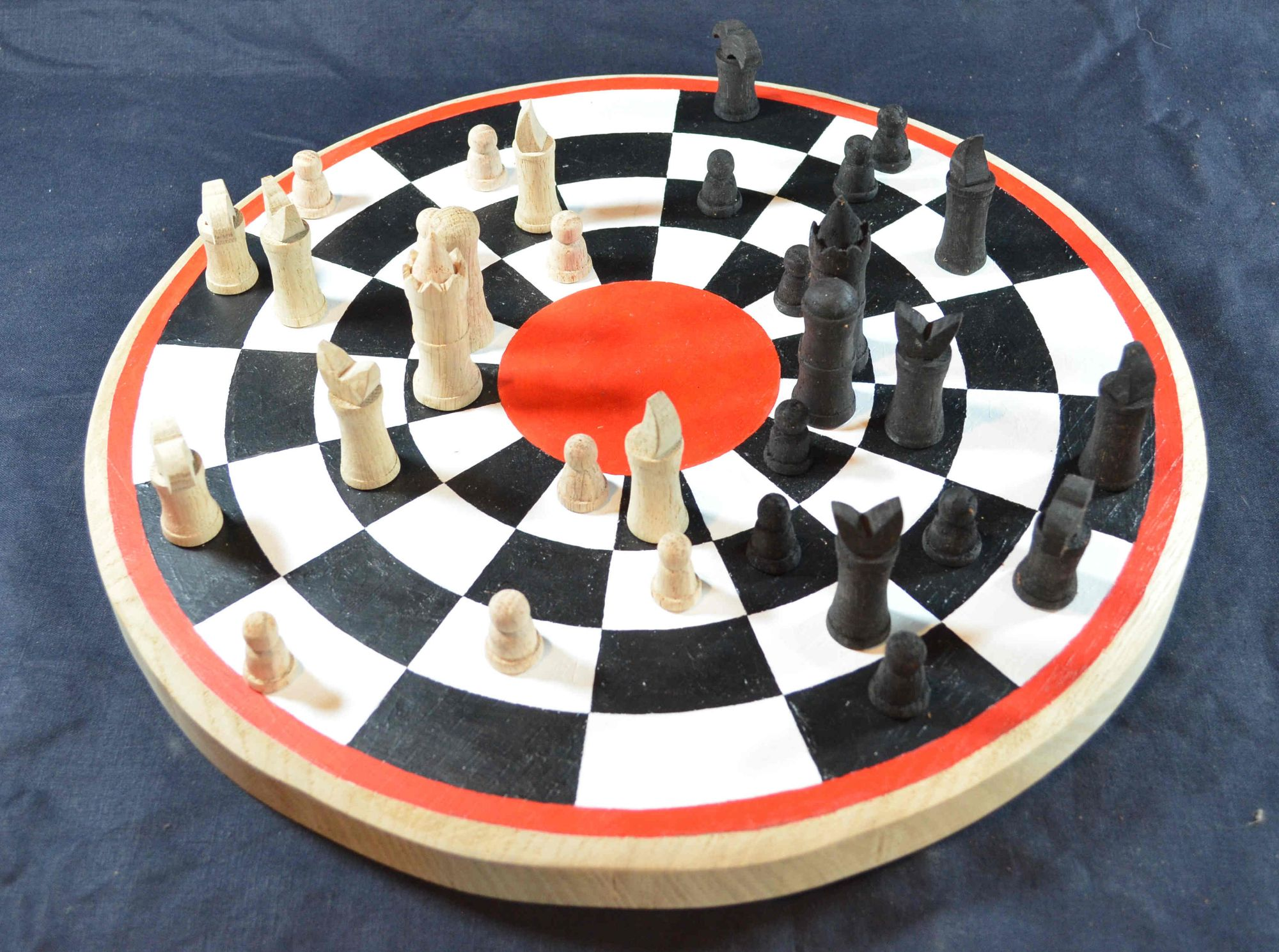 Circular chess board with Publicius chess pieces