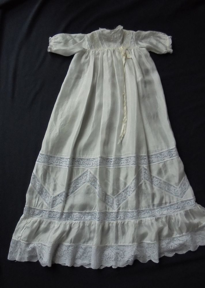 Vintage Christening, Babptism Gown, Robe In Lemon Silk, Deep Lilly Pattern Lace. Early 20th Century