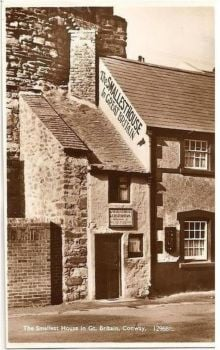 Wales: Caernarvonshire. The Smallest House In Great Britain, Conway. 1930s RP Postcard