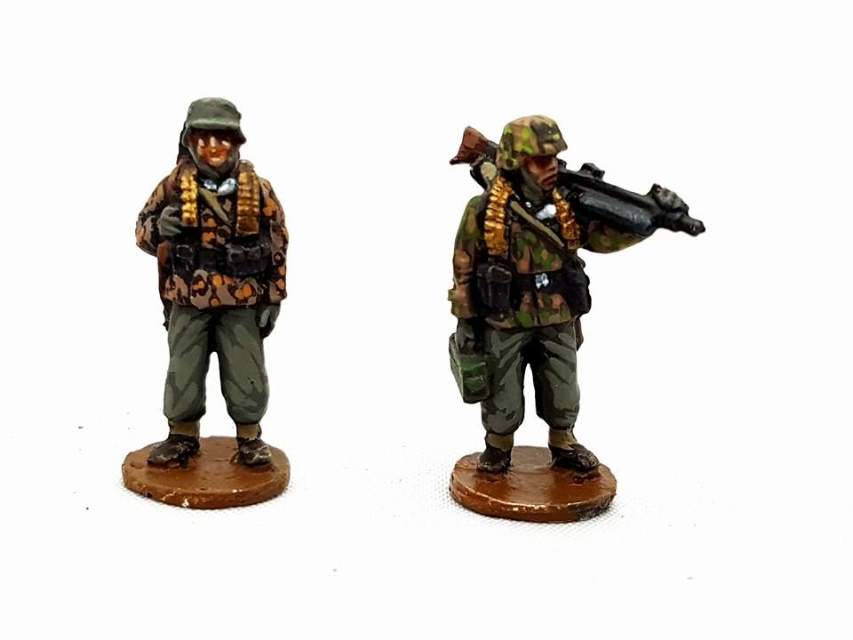 SSL05 Waffen SS late war MG42 team standing