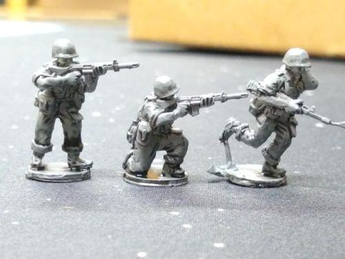 UNI02 UN Ireland 1961 Congo FAL riflemen in plastic helmets
