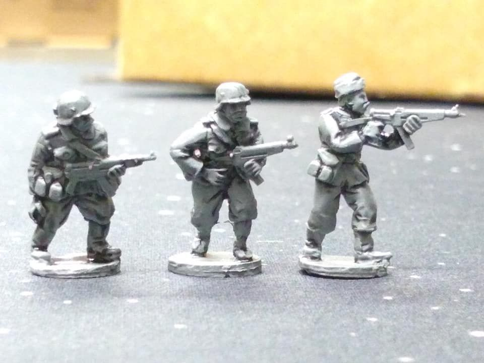 HUN05A Hungarian WW2 troops armed with Danuvia 43M smg (folding stock) in s