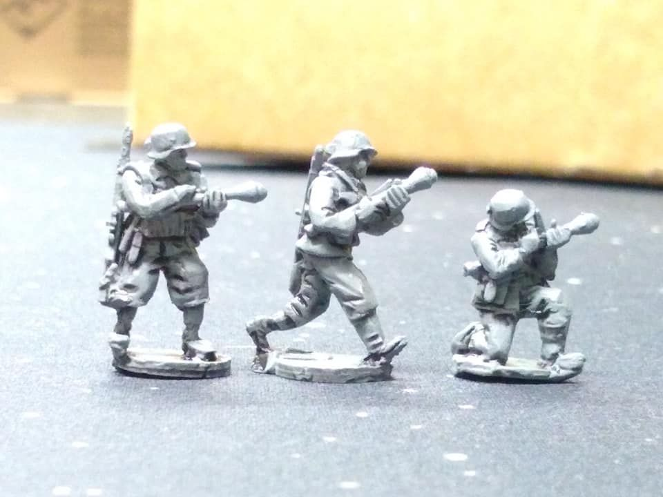 HUN08A Hungarian WW2 troops armed with Panzerfaust in summer uniforms