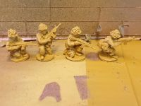 BW17 West German riflemen kneeling