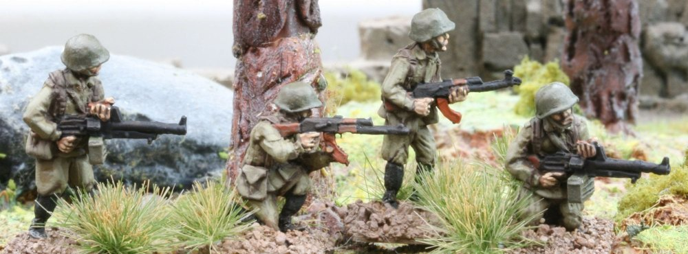 CWR06 Soviet Riflemen in Y strap webbing with LMGs