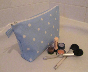 wash bag (blue spotty)