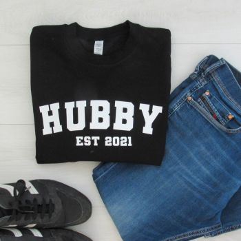 HUBBY EST Sports Font Men's Slogan Unisex Jumper