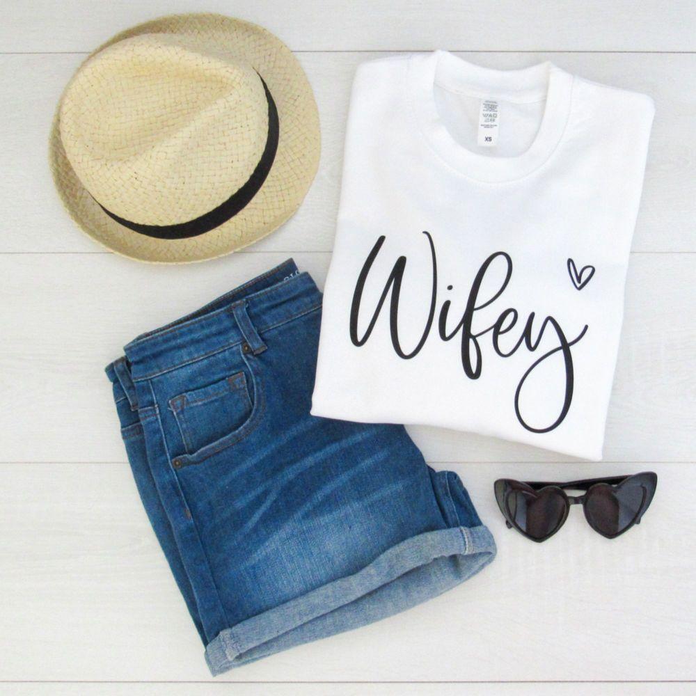 <!-- 001 --> WIFEY Script Font With Heart Women's Slogan Unisex Sweatshirt