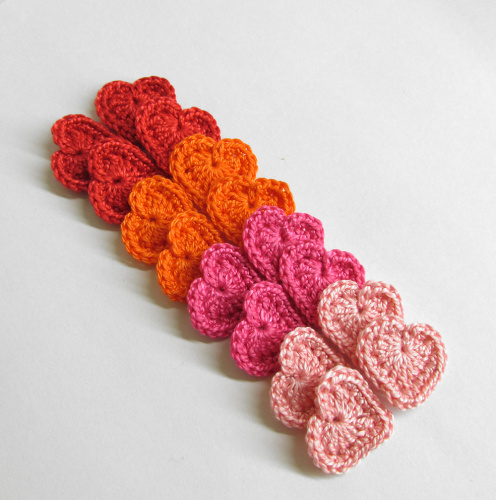 Crochet hearts 0.8 inches red, pink, orange, set of 16 (A10034)