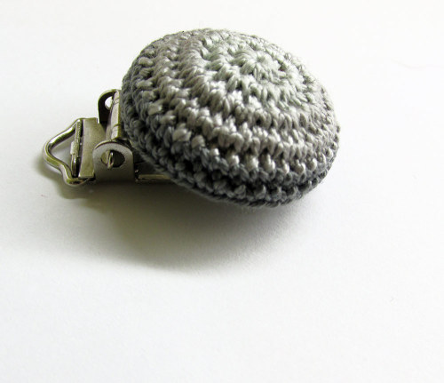 Pacifier clip, gray, wood, crocheted, 1pc. (G70003)