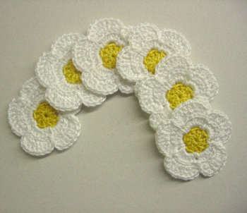 Crocheted daisies, 1,6 inches, 6pc. (A10052)